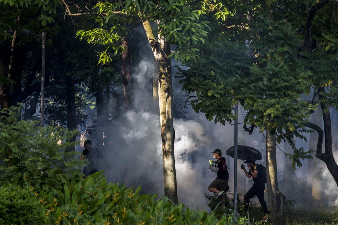2019年8月5日,大埔警察向示威者施放催淚彈。 攝:林振東/端傳媒
