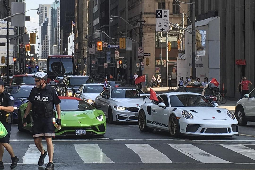遊行中經過的豪華車隊,有保時捷、寶馬、蘭博基尼與奧迪等跑車。