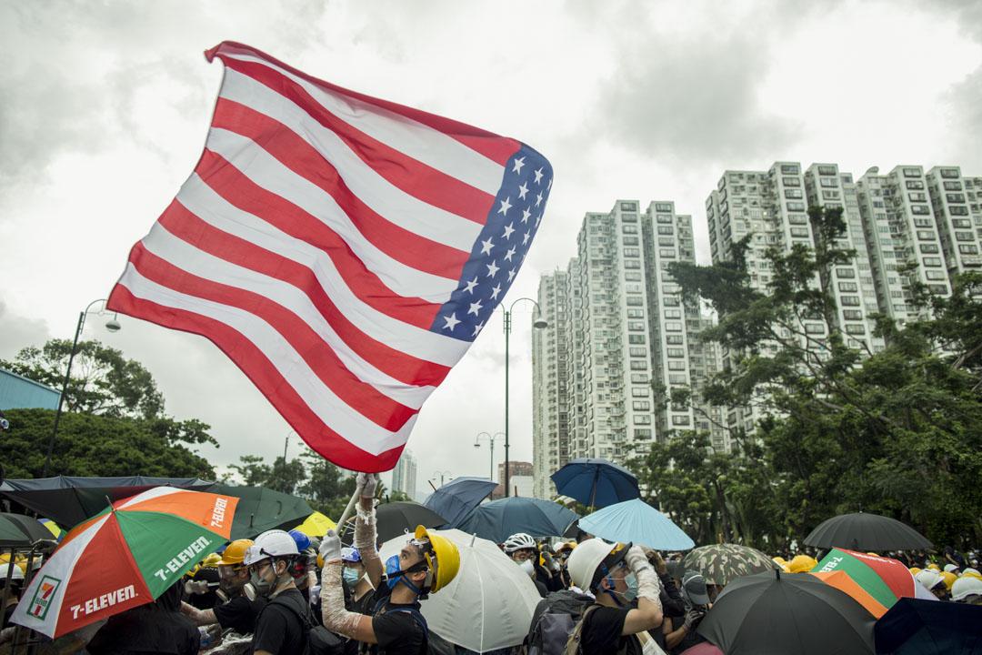 2019年7月14日,沙田大遊行,有示威者揮舞美國國旗。