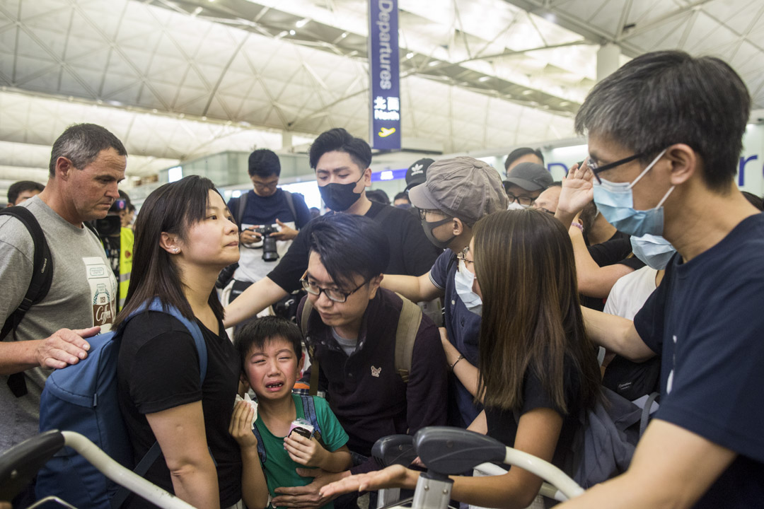 2019年8月13日,打算離境的一家人,請求示威者放行進入禁區但被拒絕,但示威者期間不停向其致歉。