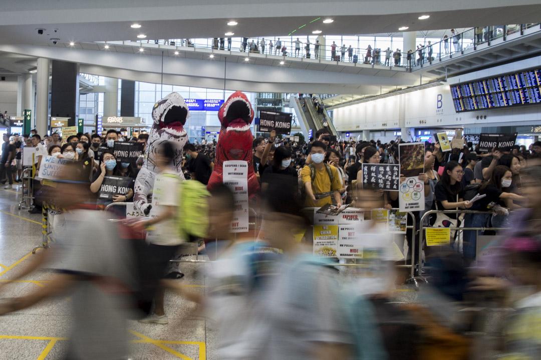 2019年8月10日,機場「萬人接機」行動進入第二天,參加者向旅客解釋香港的反對修訂《逃犯條例》風波。