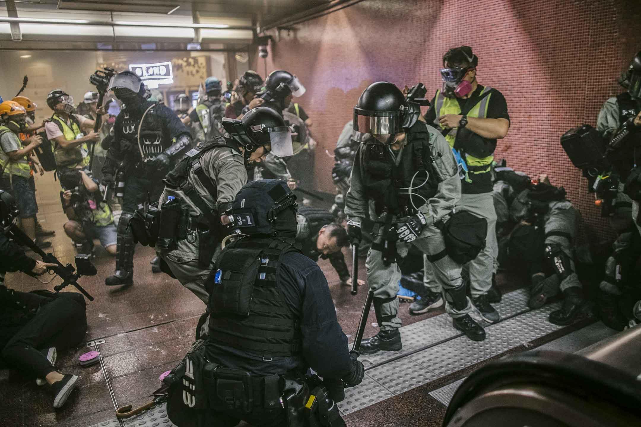 2019年8月11日,警察在港鐵太古站進行拘捕行動。 圖:端傳媒