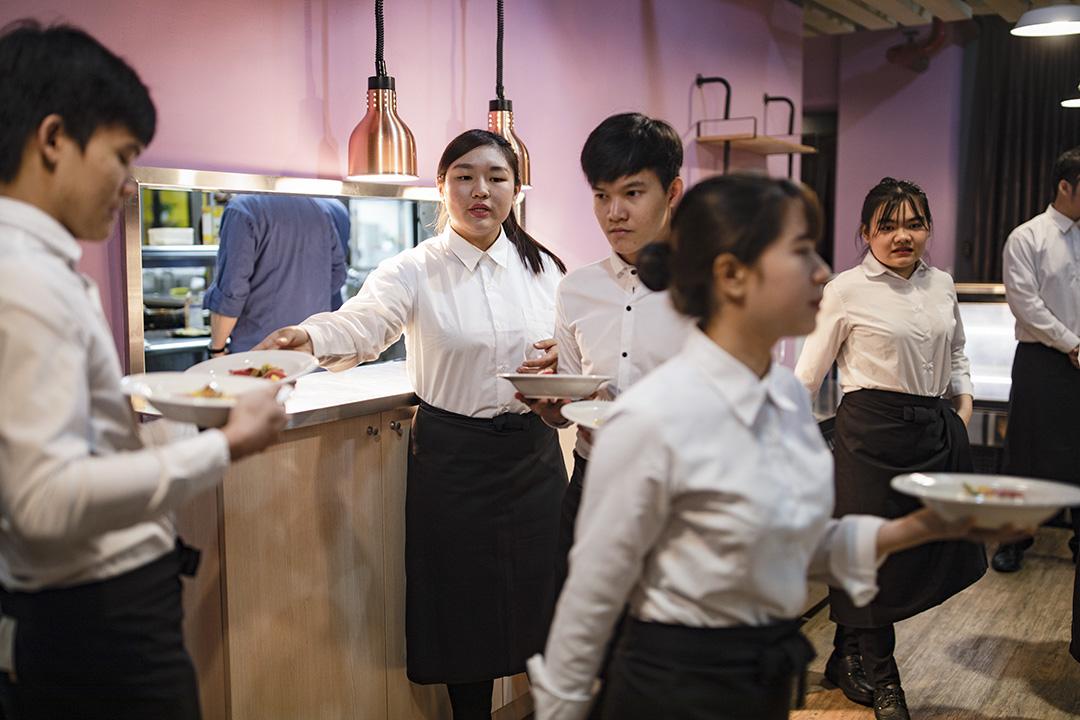 一所基隆的學院正在進行有關餐飲的課程,一群越南的留學生在實習。