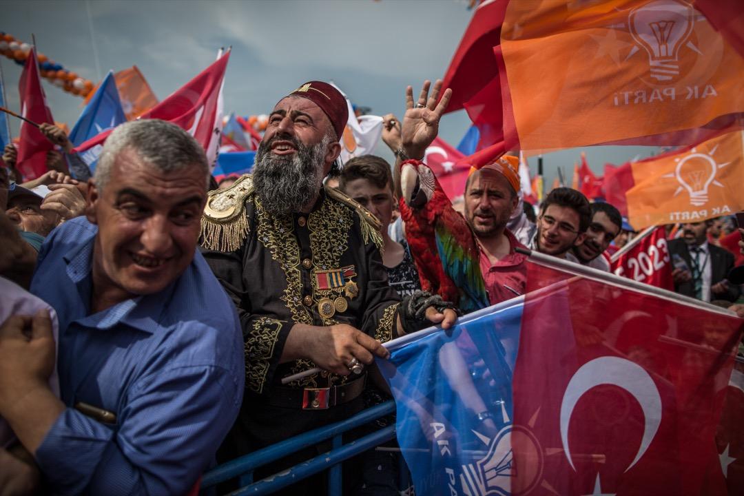 泛突厥主義最先是在俄羅斯的韃靼(Tatar)穆斯林社區燃起柴薪,再由英、俄、鄂圖曼添油打火而成。往後,土耳其不是無意經營,就是沒有宣傳資源,只能偶爾在外交場合拿出來晃個兩招,又深怕遭人察覺劍刃的鏽斑。圖為一名穿上鄂圖曼服飾的土耳其總統埃爾多安的支持者。 攝:Oliver Weiken/picture alliance via Getty Images