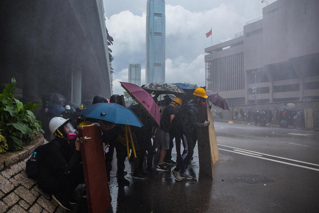 示威者在夏慤道現場,警方出動水炮車。