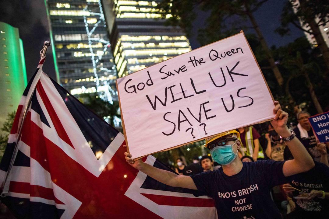 2019年8月16日,中環遮打花園舉辦「英美港盟、主權在民」集會,參與者高舉自製標語。