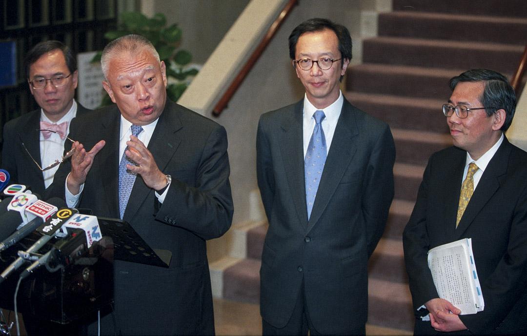 2002年12月2日,行政長官董建華與曾蔭權、梁錦松及王永平就減少政府赤字的措施與公務員工會會面。