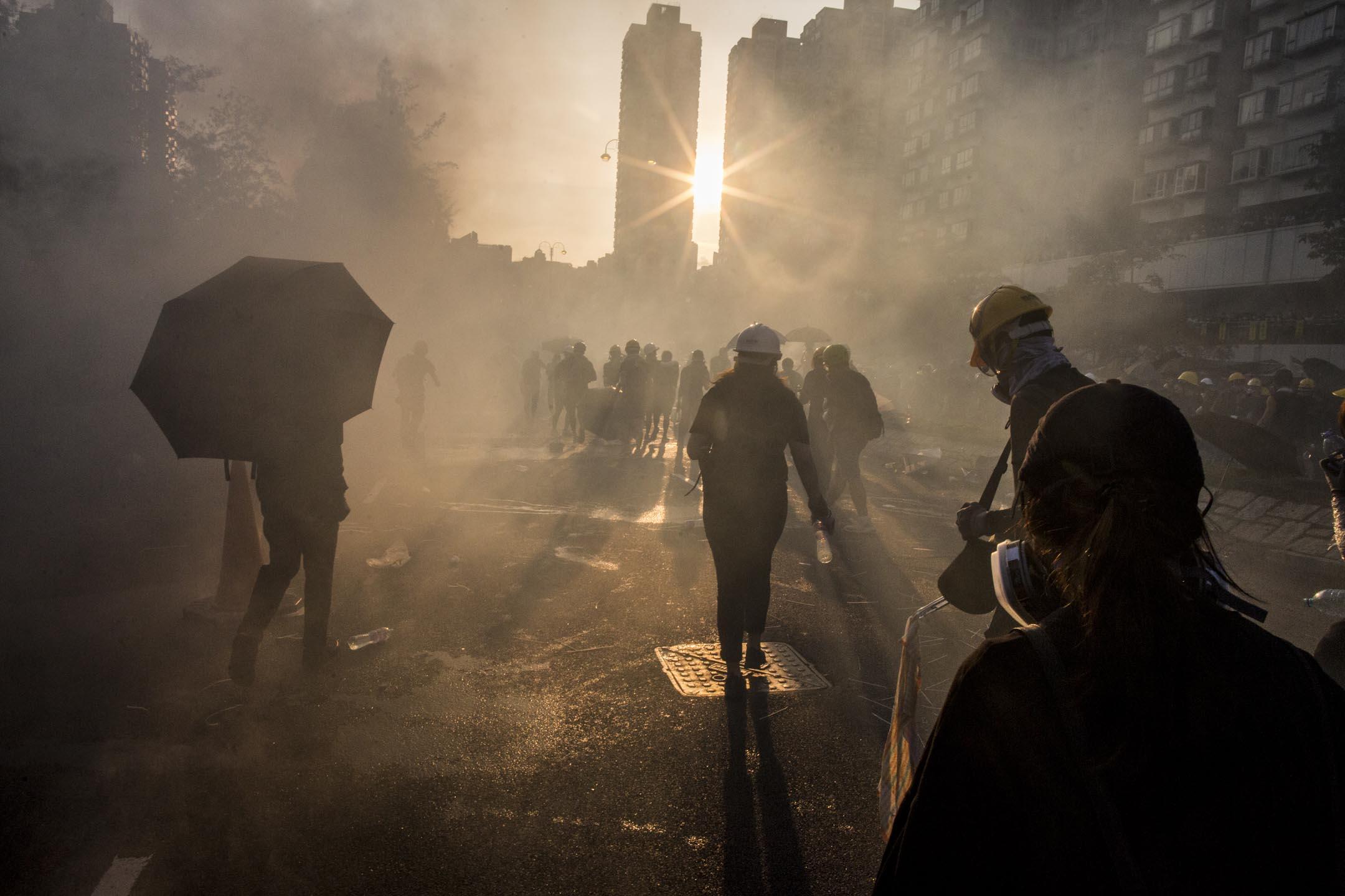 2019年8月5日,大埔示威者走避警方施放的催淚煙。