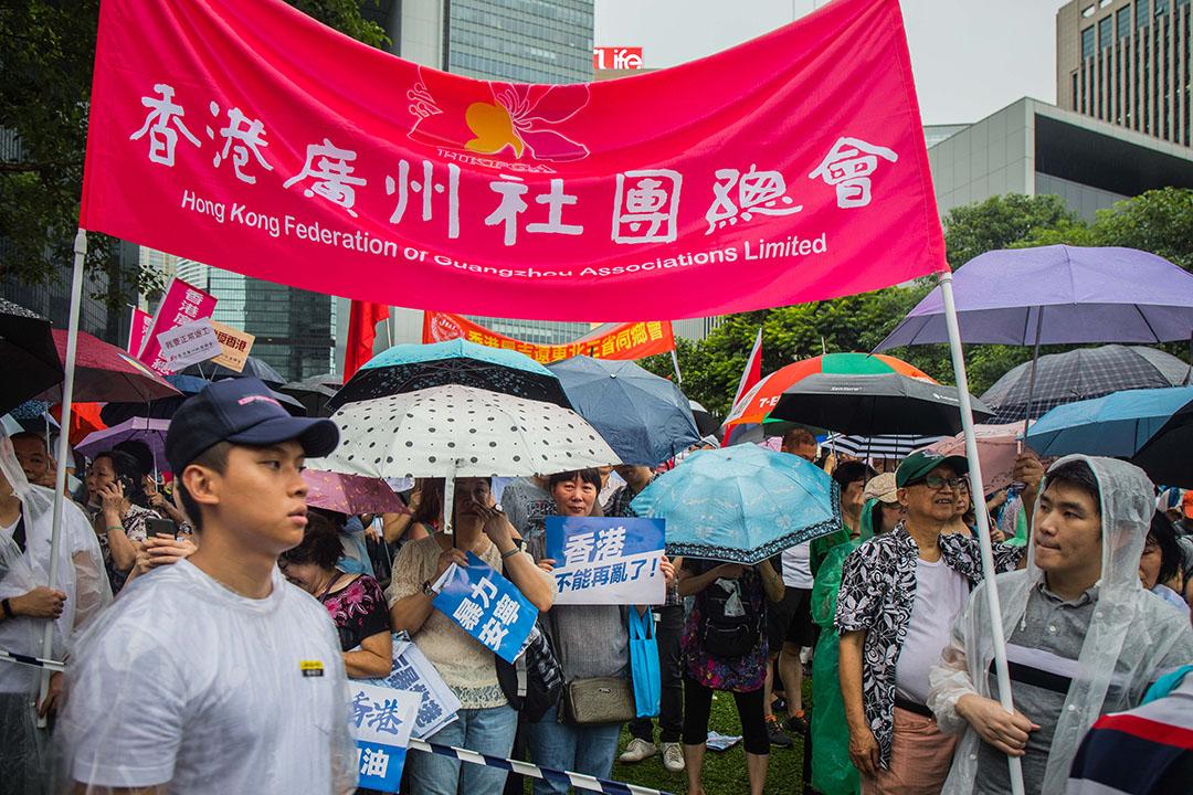 2019年8月17日,「守護香港大聯盟」在金鐘政府總部旁的添馬公園舉辦「反暴力、救香港」集會,參與者的標語被放在地上。