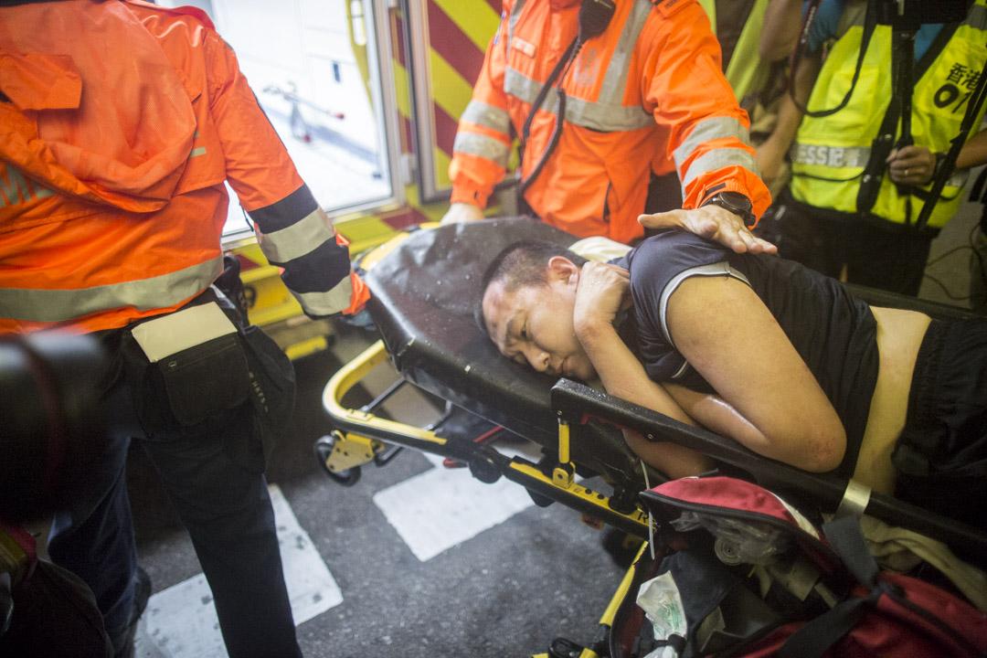 《環球時報》記者被送上救護車。