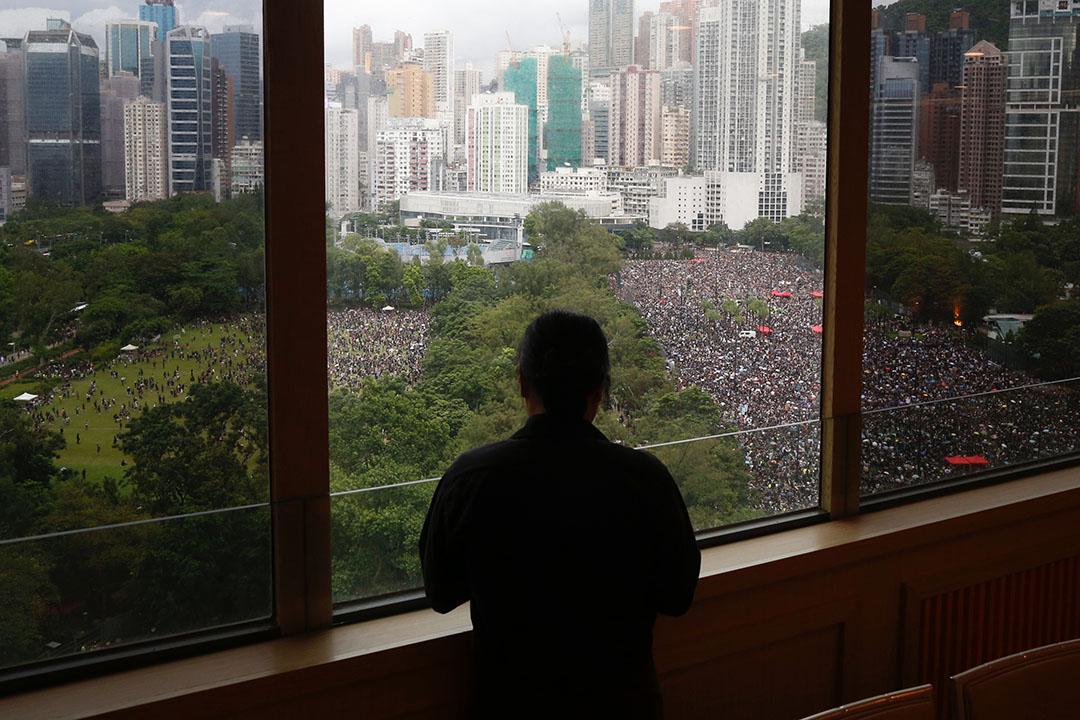 8月18日,下午3點半,一位香港市民在眺望窗外維園聚集起來的人群。