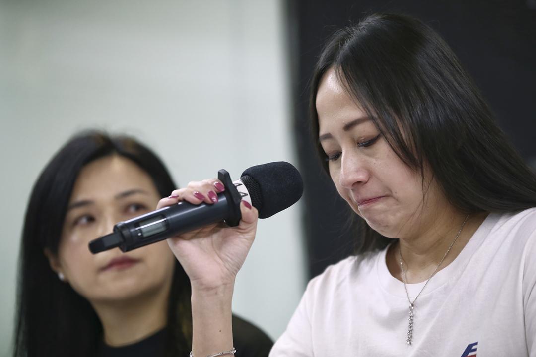 2019年8月23日,國泰港龍空勤人員協會主席施安娜召開記者會,講述懷疑因政治原因而被公司解僱的經過。 圖:端傳媒