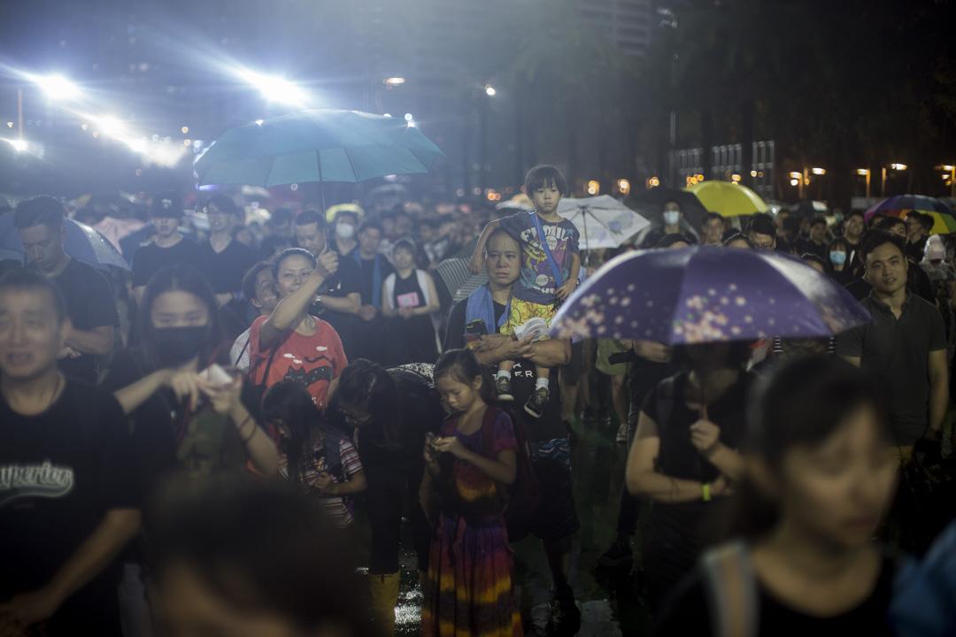 8月18日,晚上8點左右的維園,香港市民站在足球場內。