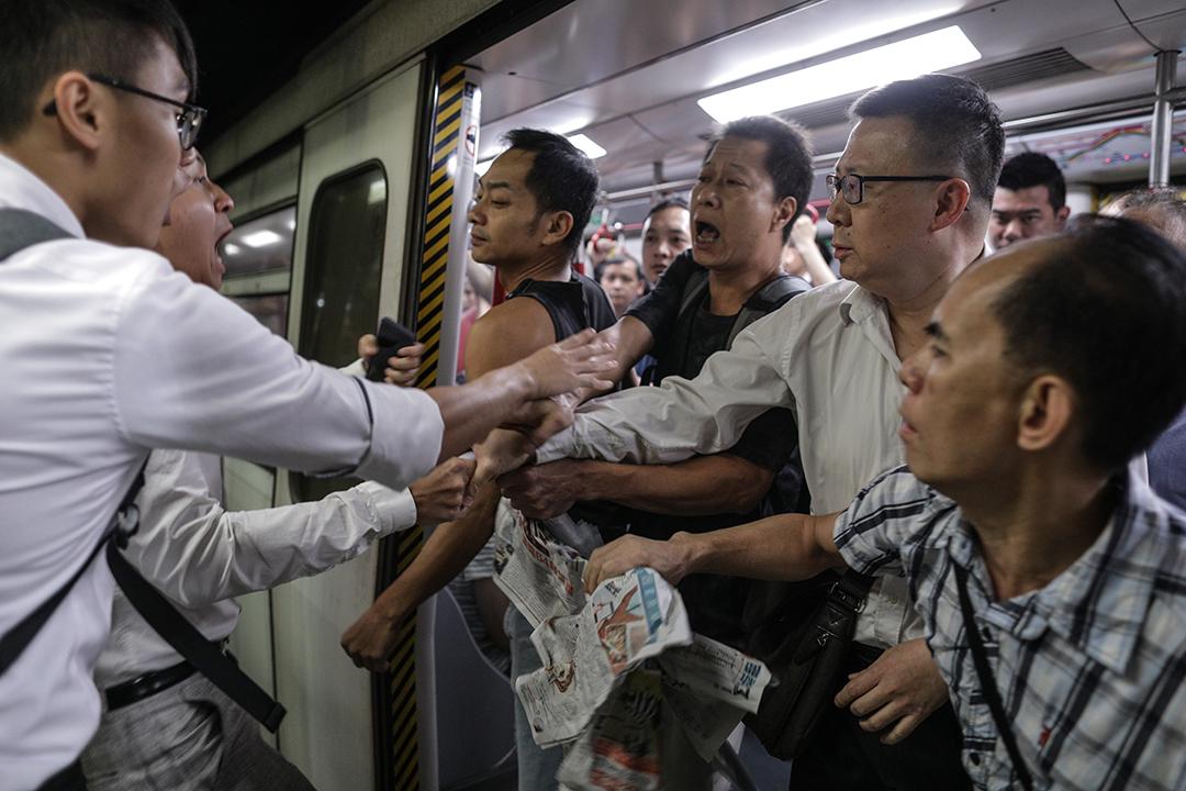 有示威者在砲台山站月台阻止列車關門,期間與車上乘客發生爭執。