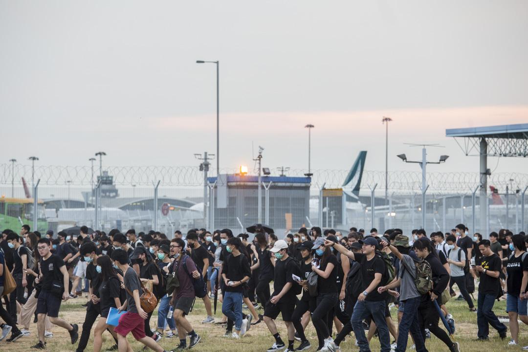 2019年8月12日,參與機場「警察還眼」集會的示威者在傍晚從機場撒退,步行前往東涌。 攝:林振東/端傳媒