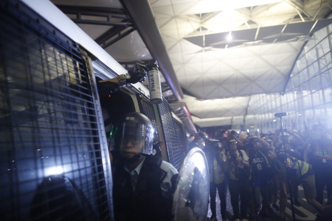 警察退到警車上時,遭示威者仍雜物,有警員舉起胡椒噴霧對著示威者。