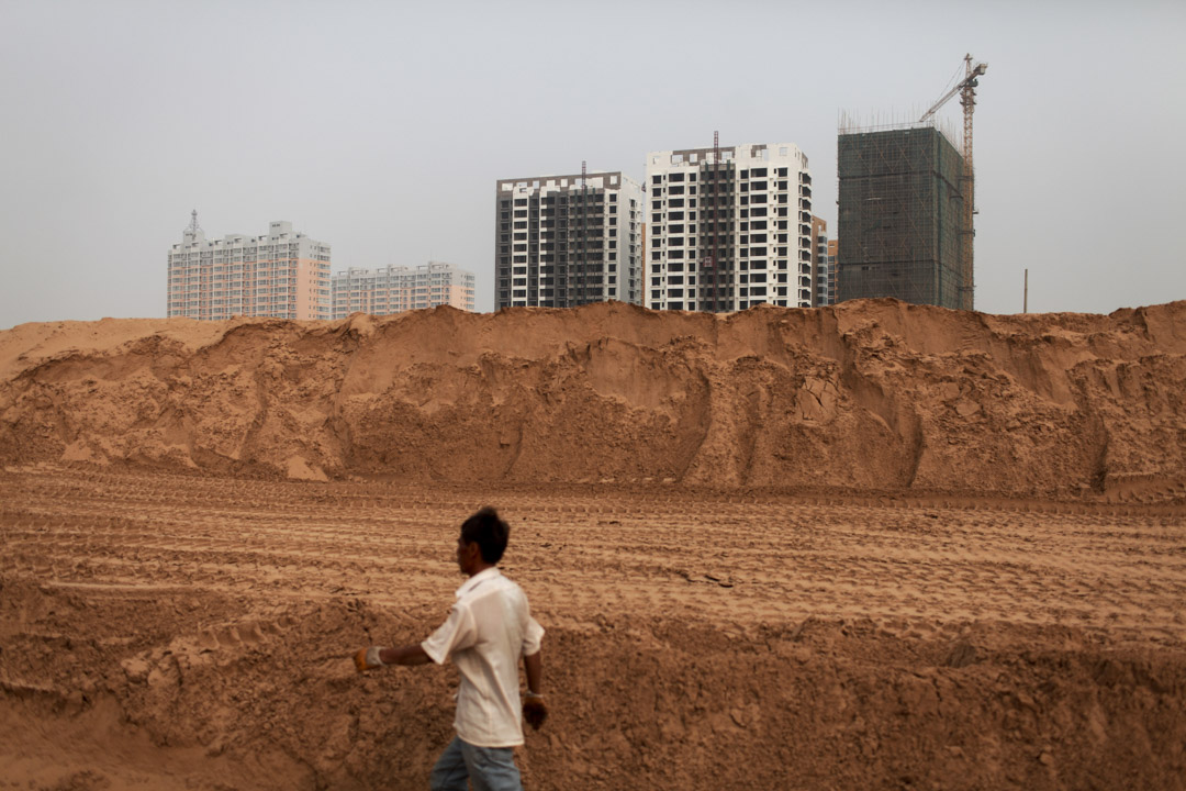 這些年,全國各地都在下沉式發展。因為城市沒那多土地了,發展都往農村走,我們把它稱作「城市的擴大化」。 圖為2011年,一個陝西省榆林郊區的一個新開發區。