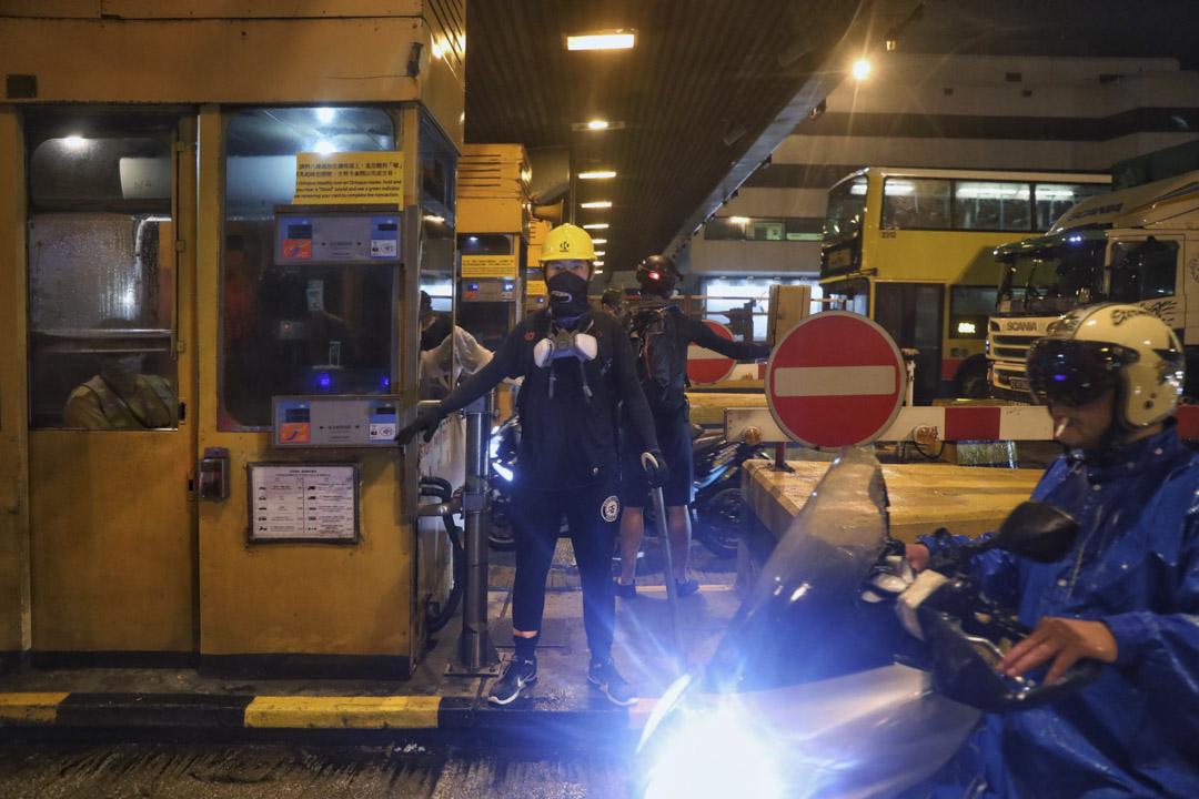 有示威者抵達紅磡海底隧道九龍出口收費廣場,破壞收費亭的指示燈、玻璃、收費設施等。