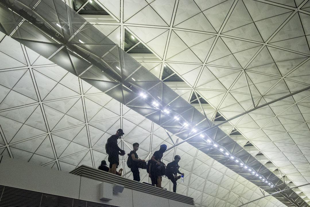 凌晨12時後,示威者仍在機場離境大堂集結。