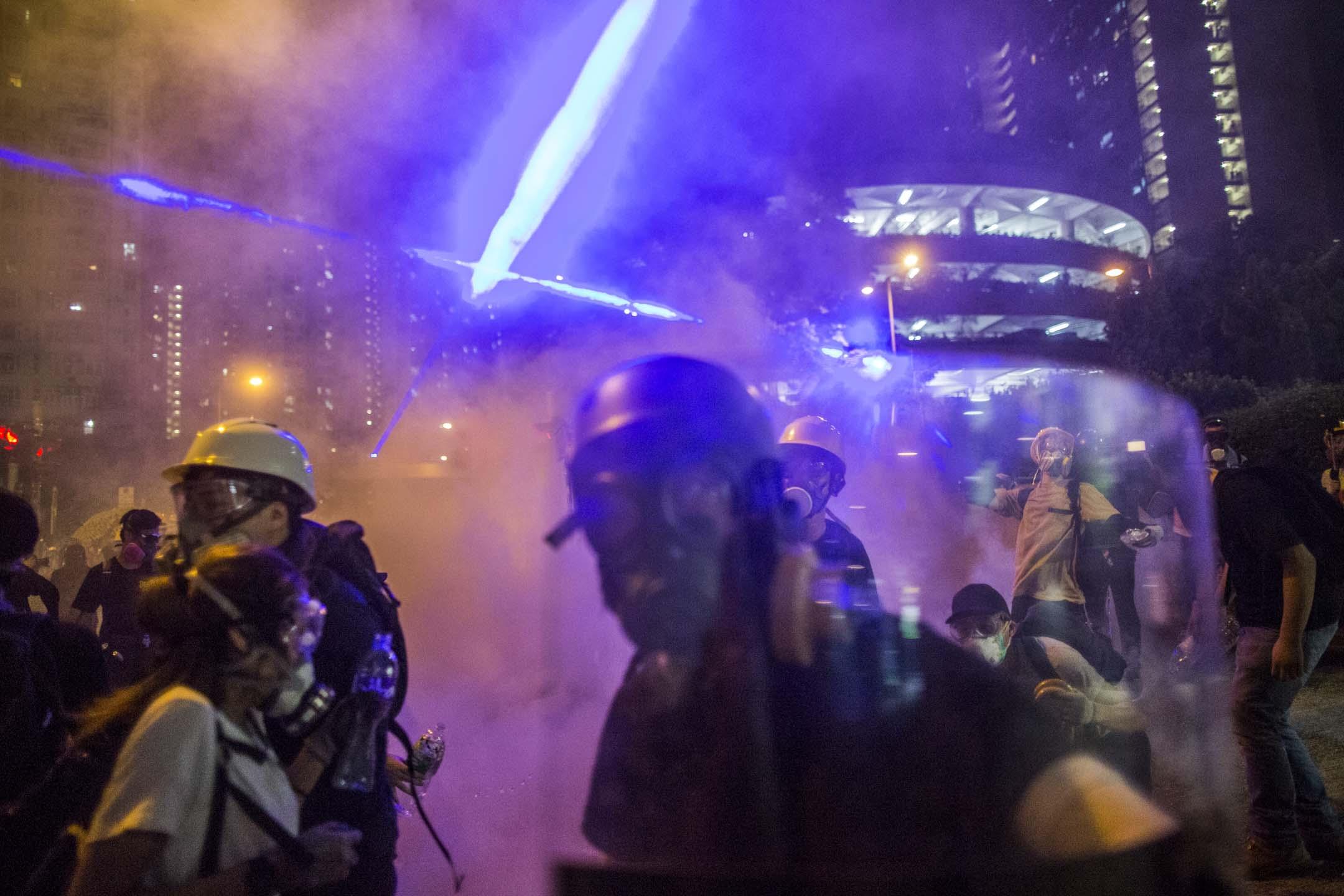 2019年8月4日凌晨,黃大仙警署外,警察施放催淚彈驅散市民。 攝:林振東/端傳媒