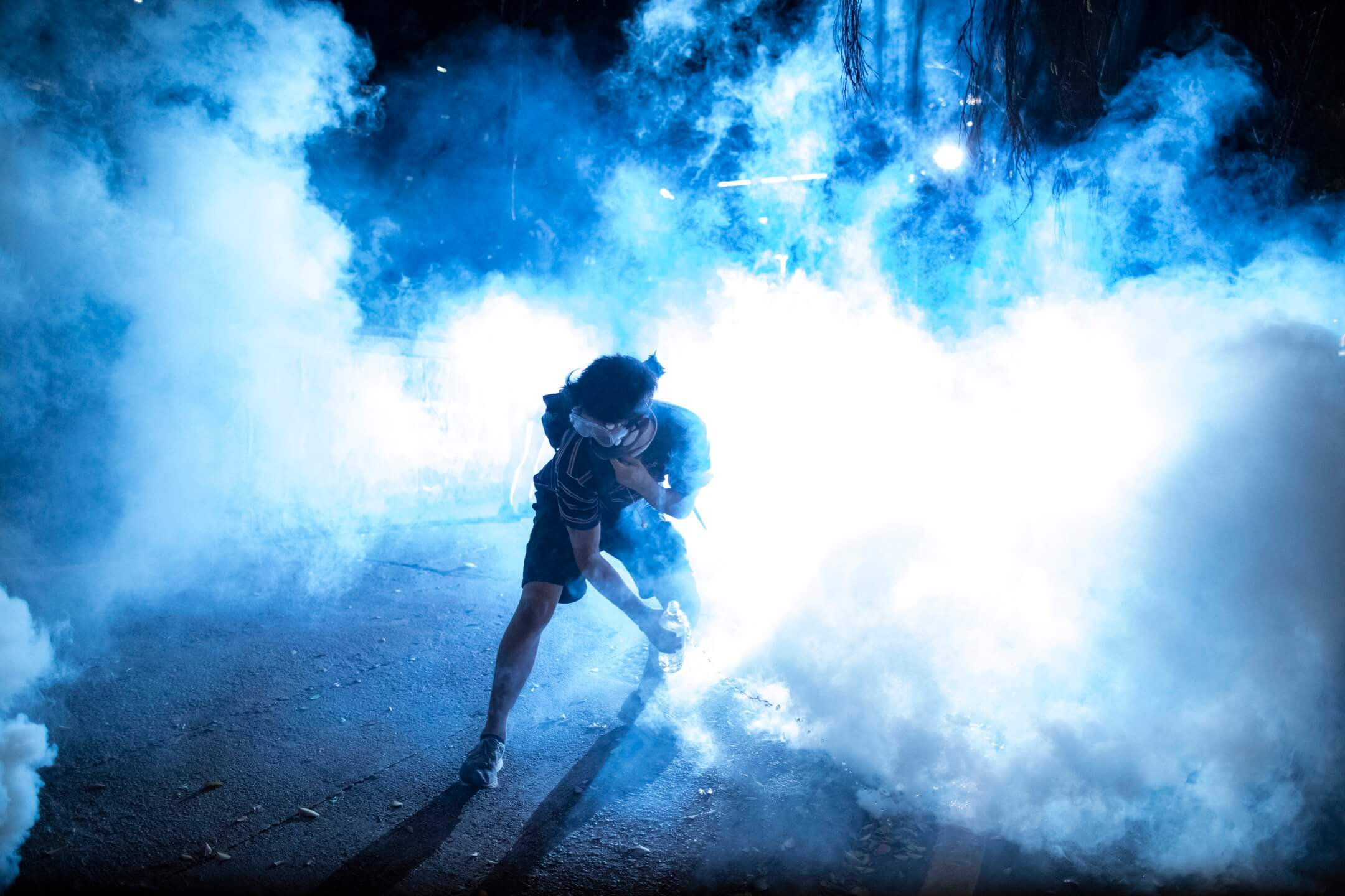 尖沙咀警署外,警方以催淚彈驅散示威者。 攝:Stanley Leung/端傳媒