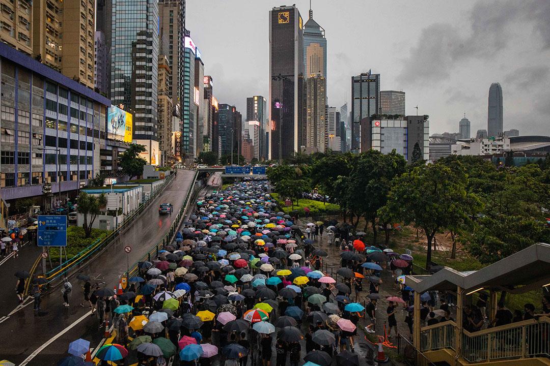 8月18日,傍晚六時許,示威者走在刚刚亮灯的城市里。
