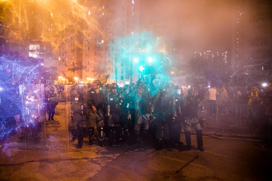 2019年8月5日,警察在黃大仙施放胡椒噴霧驅散人群。