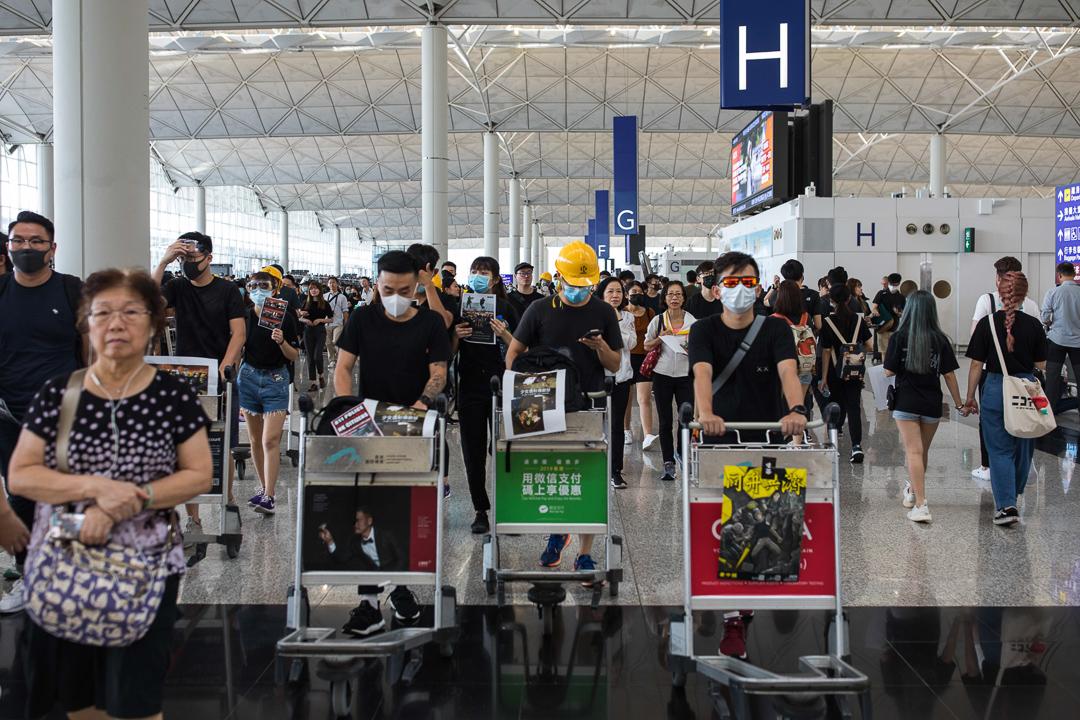 昨日香港多處爆發衝突致示威者眼部重傷,網民發起「百萬人塞爆機場」,表達對警察過度武力的不滿。