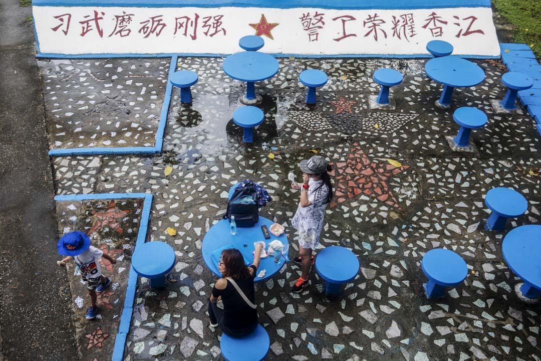 2019年6月29日,訪客在解放軍石崗軍營開放日時中場休息。
