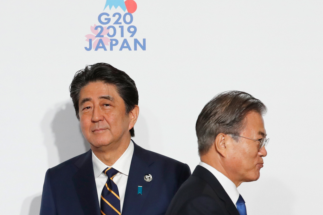 日本首相安倍晉三與南韓總統文在寅於G20峰會上見面。