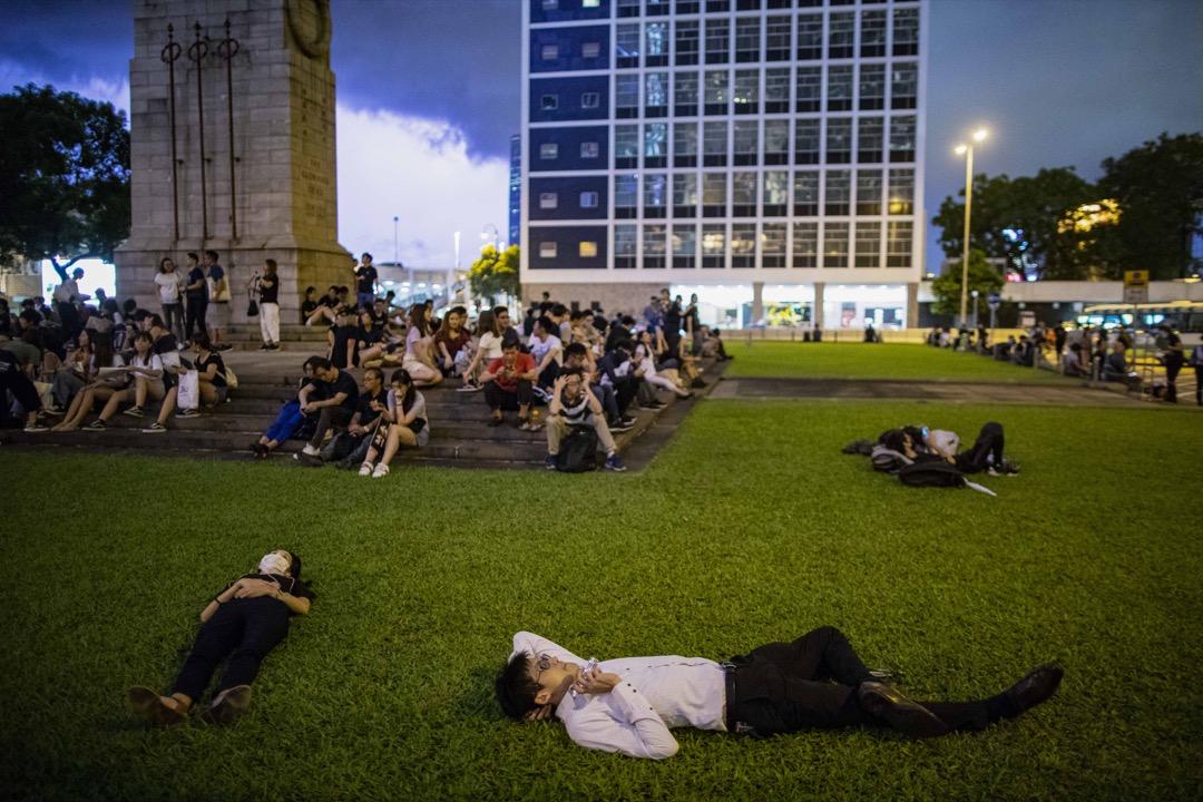 2019年8月16日,中環遮打花園將舉辦「英美港盟、主權在民」集會,有些參與者在和平紀念碑附近休息。