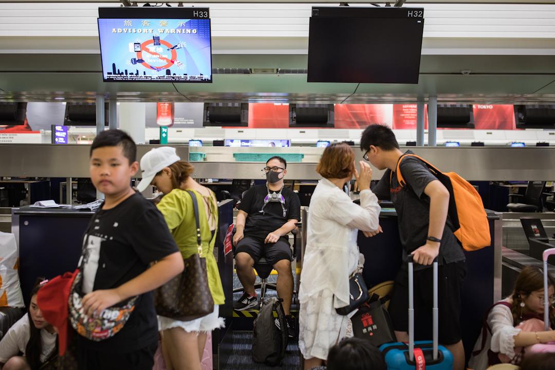 港人今在機場發起「警察還眼」集會,機管局則在中午起實行人流管制。
