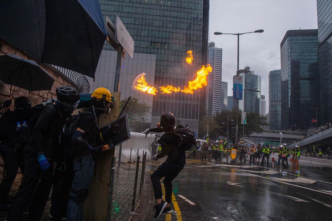 示威者在夏慤道投擲汽油彈。