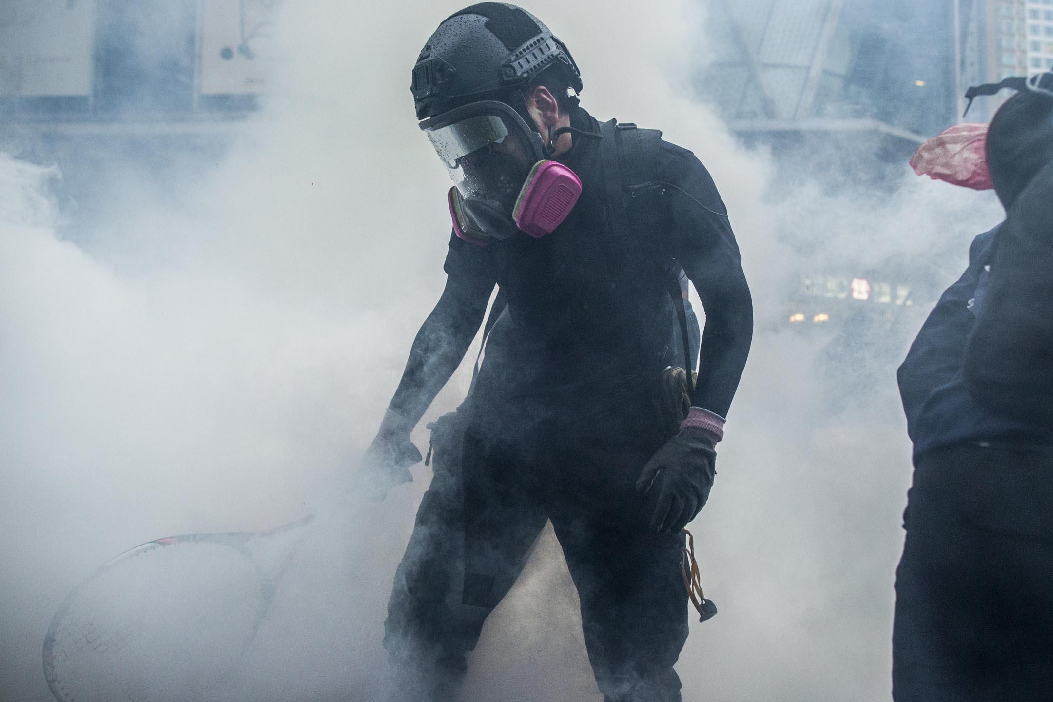 2019年8月25日,荃灣警民衝突現場,警方施放催淚彈驅散示威者。 攝:林振東/端傳媒