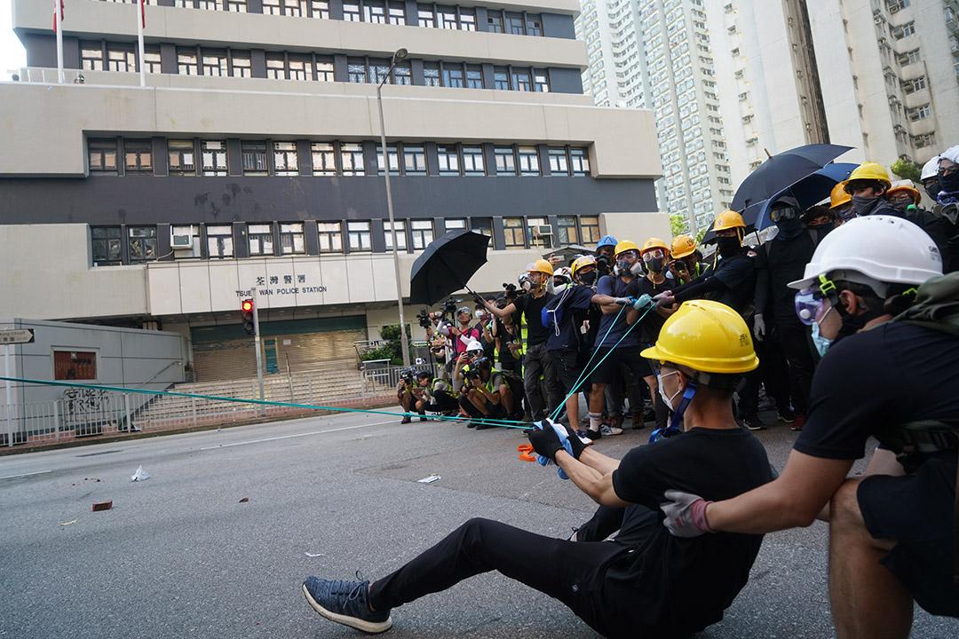 2019年8月5日,示威者向荃灣警署擲物。