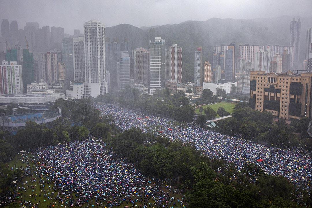 2019年8月18日,下午3點多,香港市民撐著傘聚集在維園足球場上。