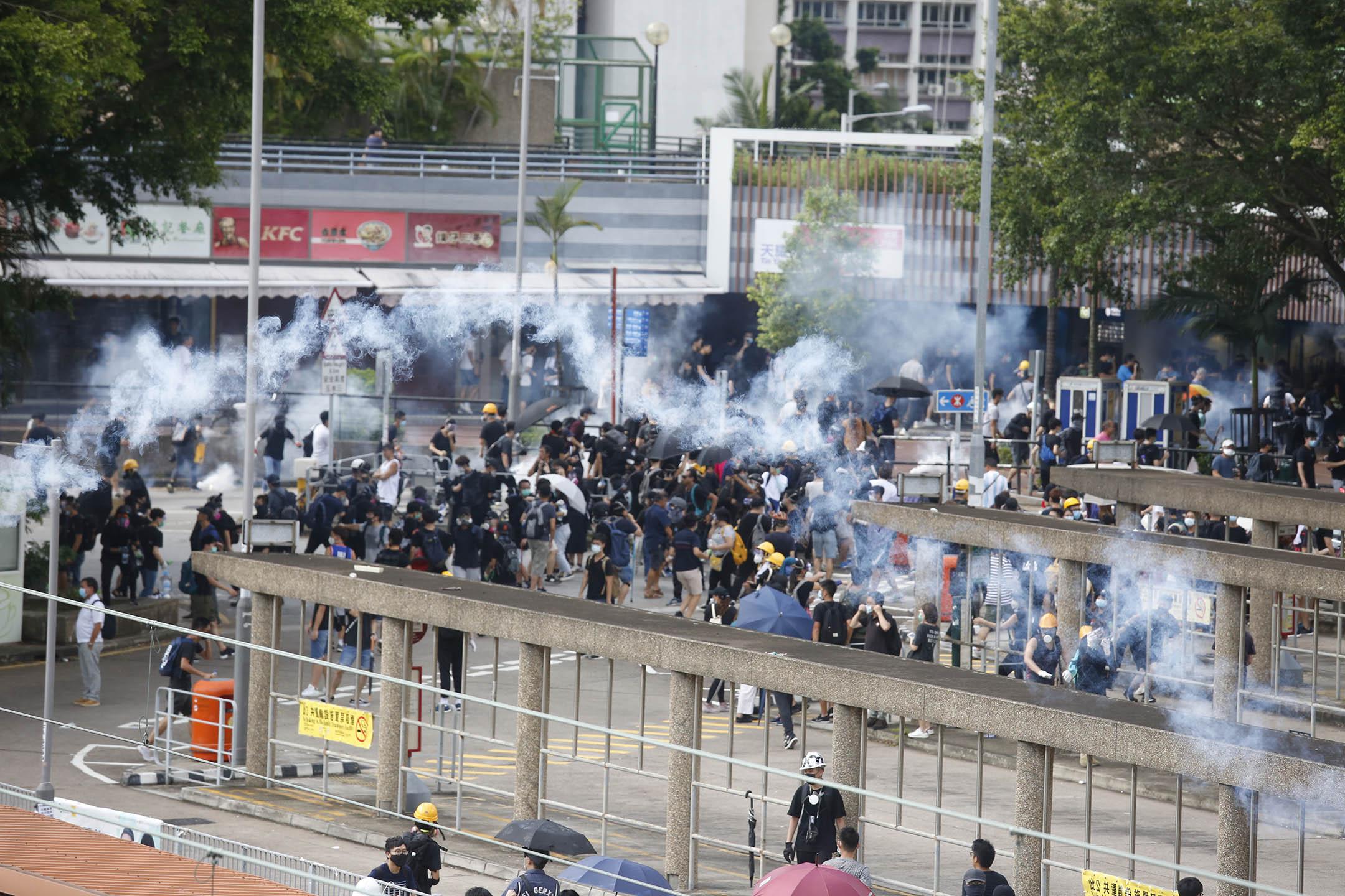 2019年8月5日,天水圍警署外施放催淚彈。