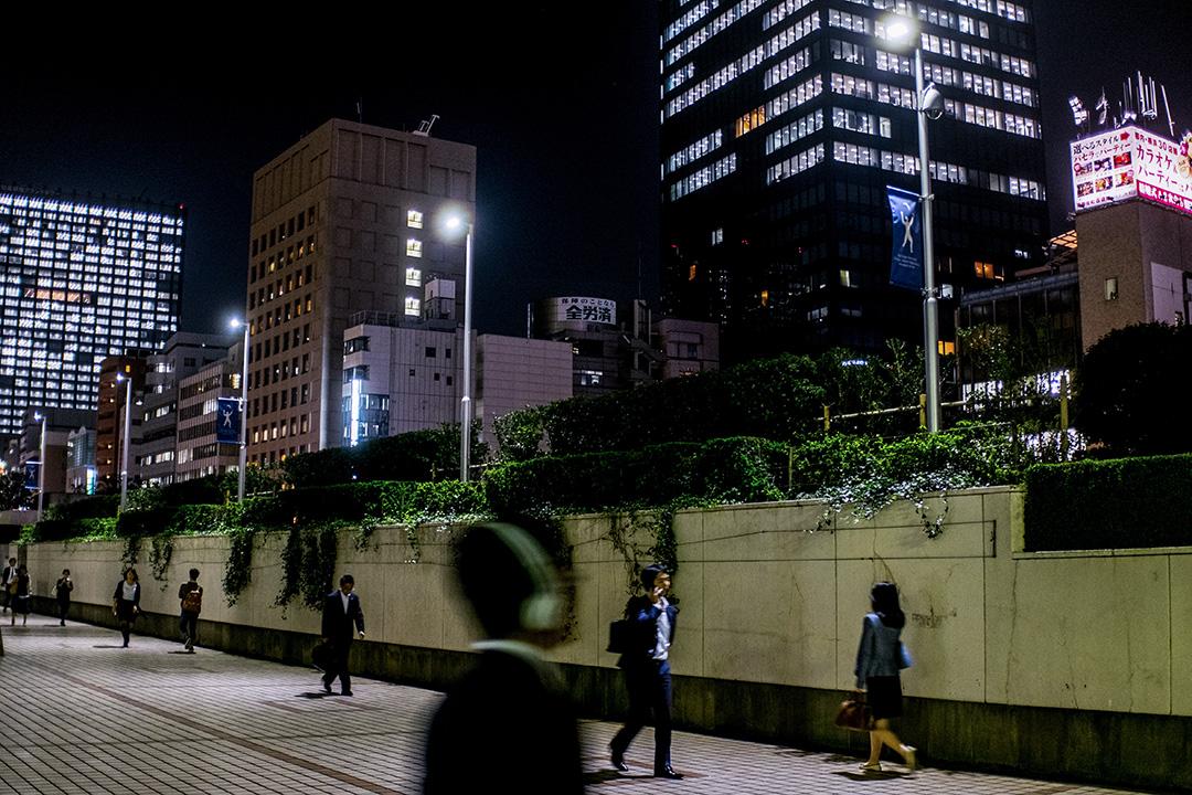 2015年10月19日,市民下班離開東京辦公樓。