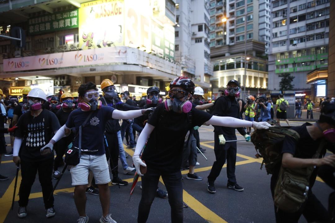 戴上60926濾毒罐及防毒面罩的香港示威者。