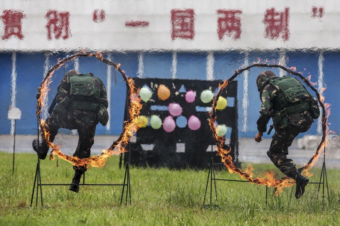 2019年6月29日,解放軍石崗軍營開放日,解放軍在持槍跳過火圈。
