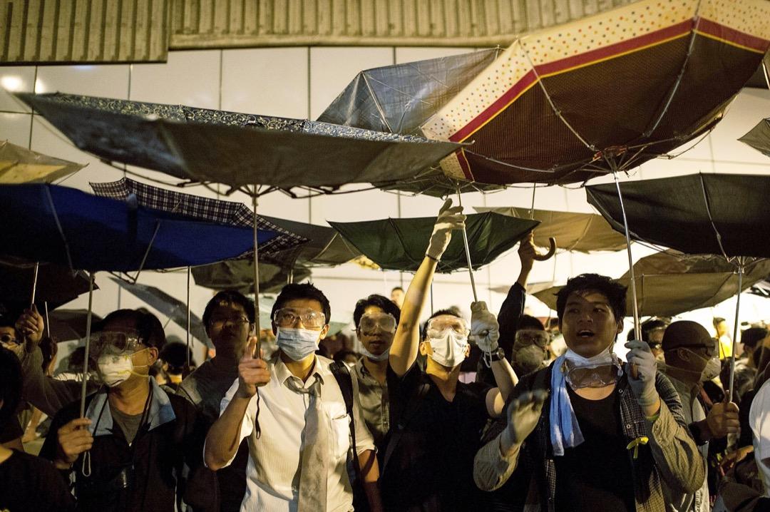 2014年10月,示威者衝出龍和道,包圍部分政府總部大樓。 攝:Anthony Kwan/Getty Images