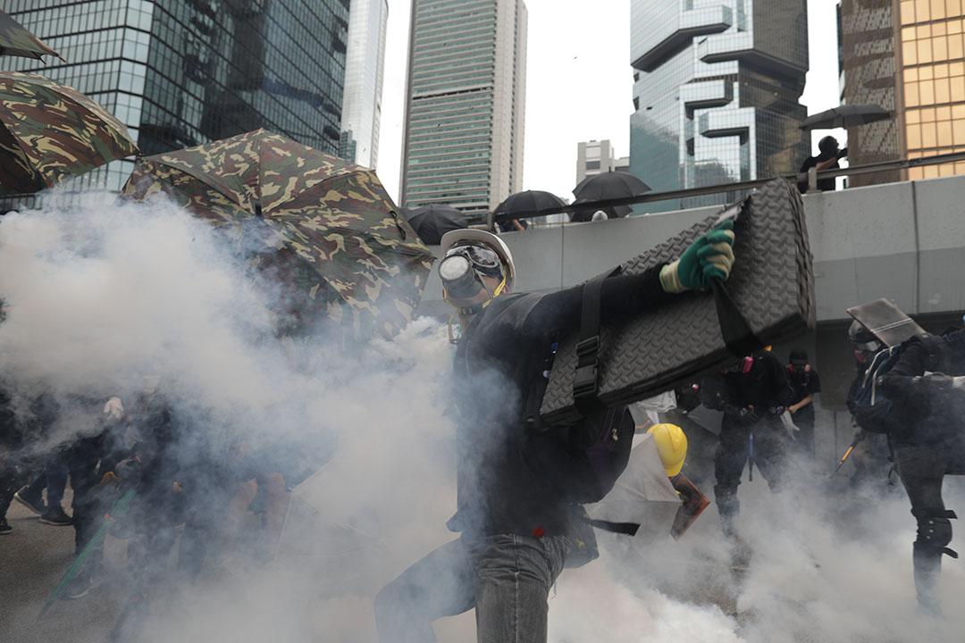 2019年8月31日,警方在政府總部外圍向示威者發射催淚彈。