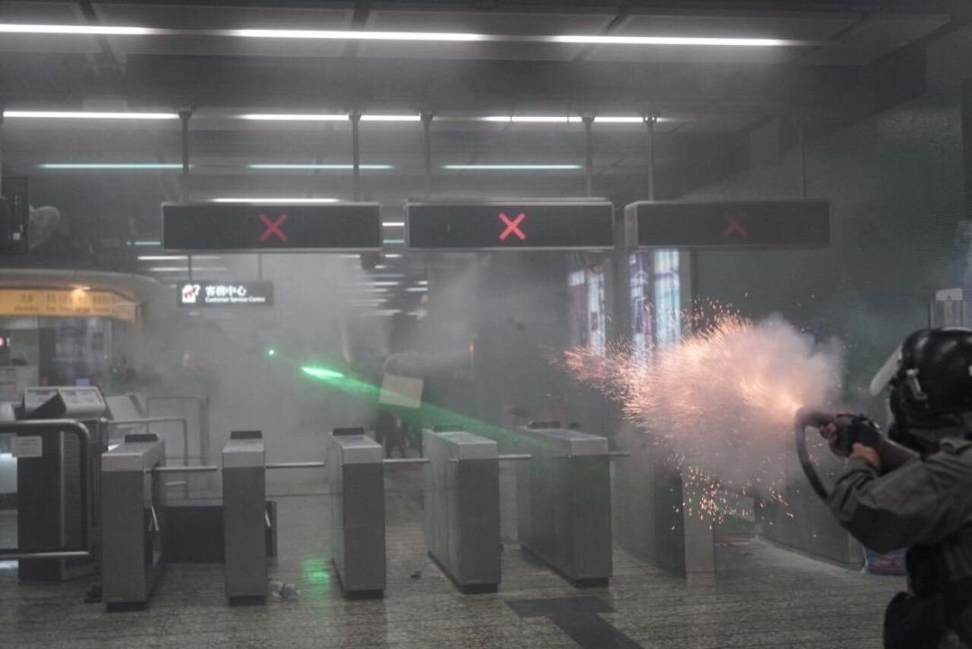 2019年8月11日,警察在港鐵葵芳站內發射催淚彈及橡膠子彈。 攝:Felix Lam/HK Imaginaire