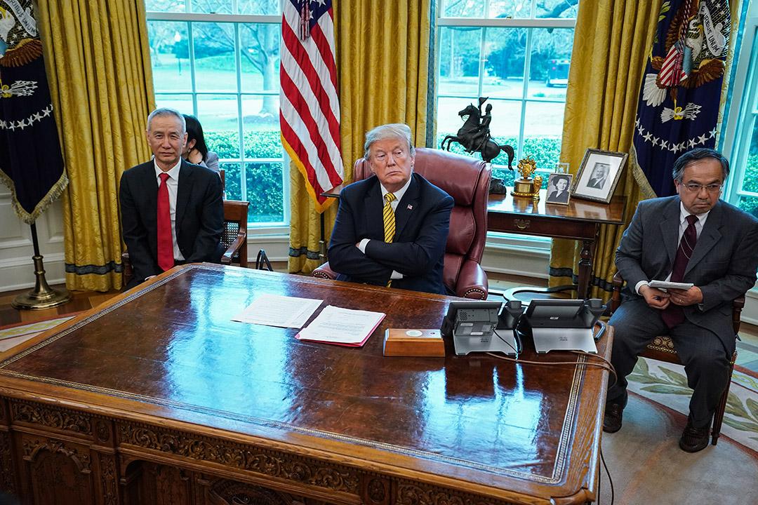 2019年4月4日,美國總統特朗普和中國副總理劉鶴等待記者離開橢圓形辦公室,在華盛頓白宮開始會議。