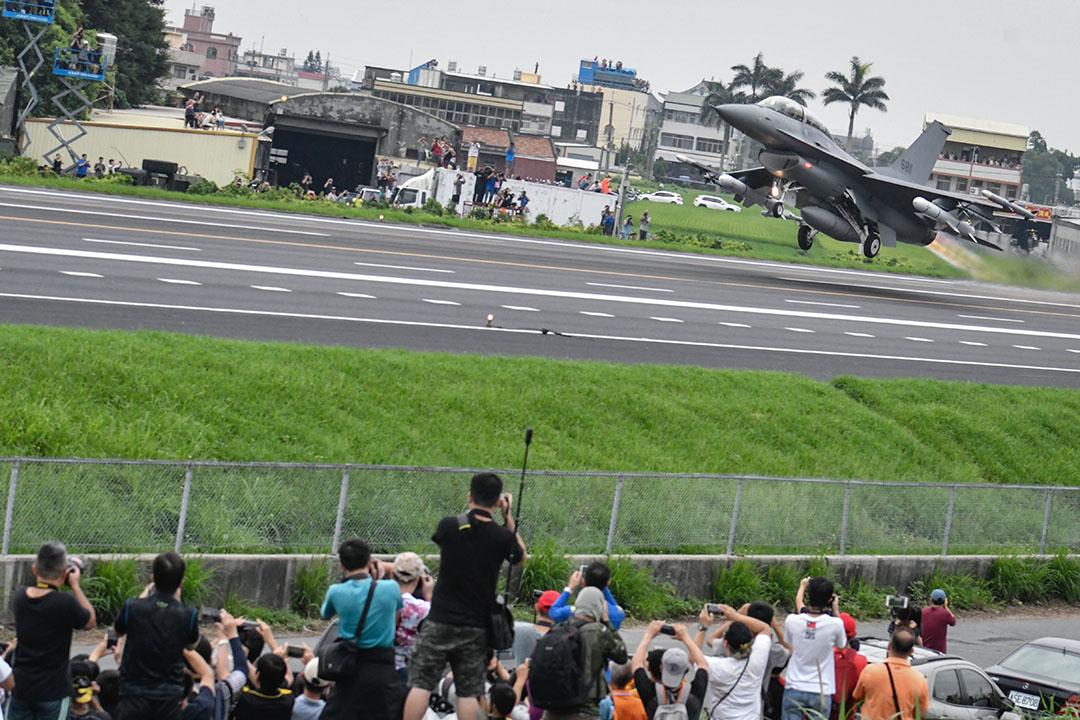 2019年5月28日,第35次漢光演習期間,市民在拍攝美國製造的F-16V戰鬥機從台灣彰化縣的跑道起飛。