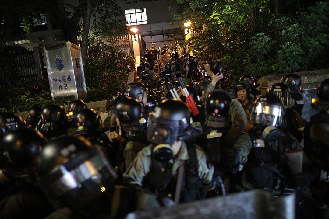 尖沙咀警署外的防暴警察。