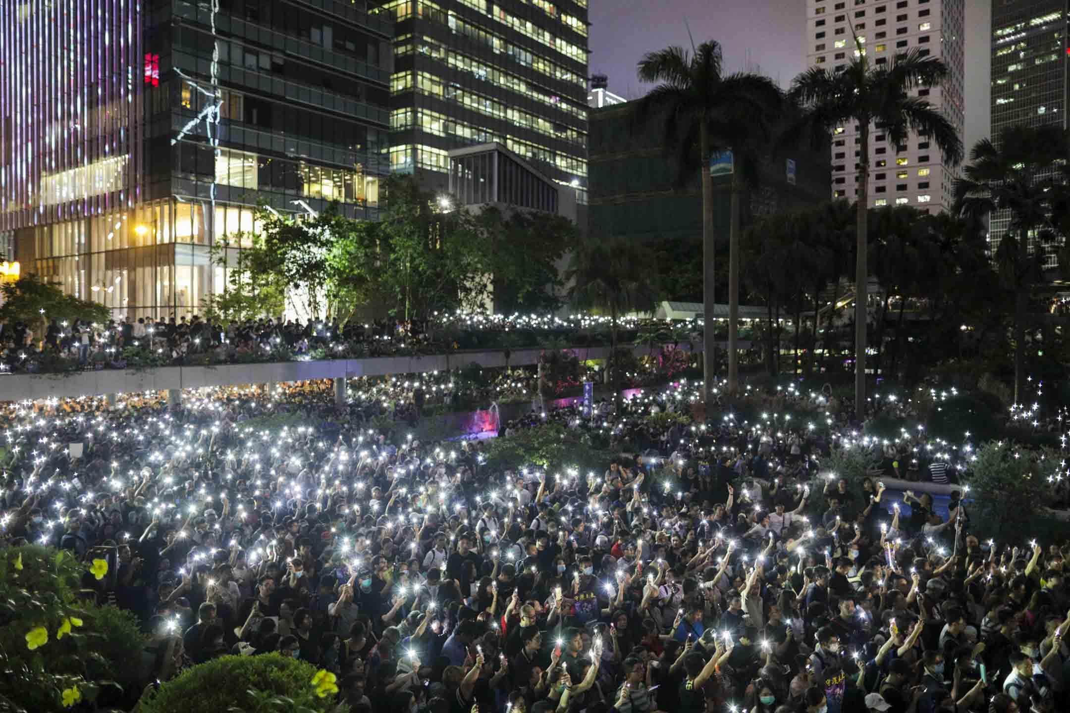 2019年8月2日,香港公務員在中環遮打花園發起的集會,全場參加者舉起手機燈。 攝:Stanley Leung/端傳媒
