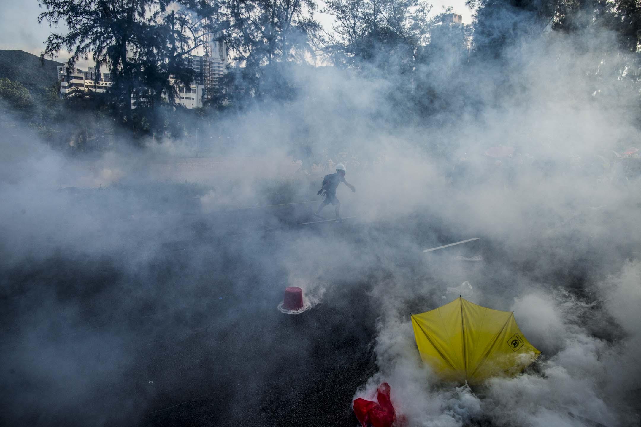 2019年8月5日,警察施放催淚彈驅散示威者。 攝:林振東/端傳媒