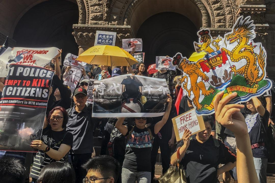 香港一側的支持者年齡跨度比較大,許多中年人也在其中。