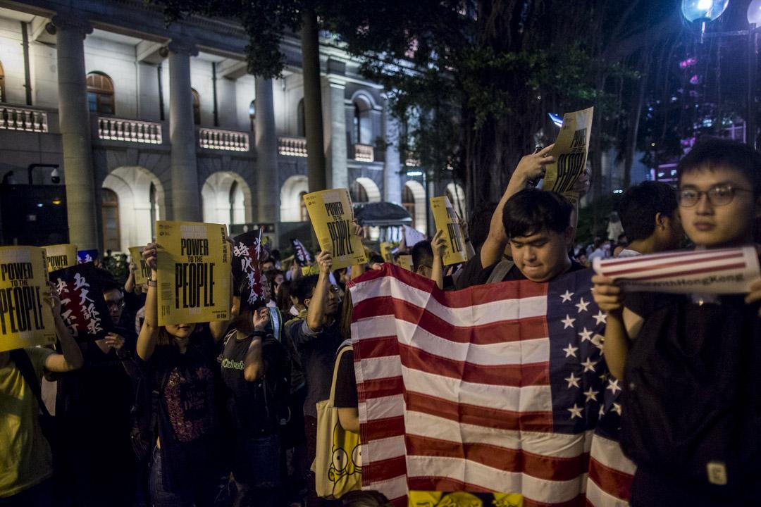 2019年8月16日,「英美港盟、主權在民」集會,有人持美國國旗。